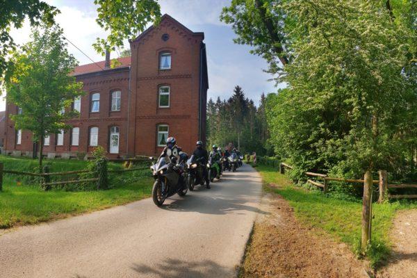 Motorradkolonne vor dem Bikerhotel Motorrad Pension Gut Externbrock