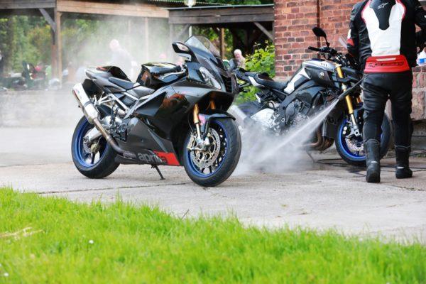Motorrad reinigen an der Motorrad Pension Gut Externbrock