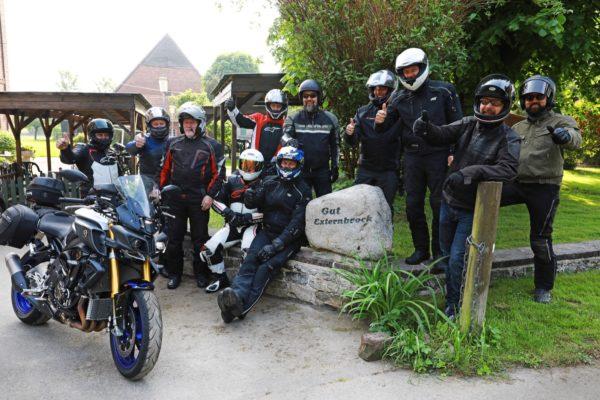 Motorradfahrer an der Motorrad Pension Gut Externbrock