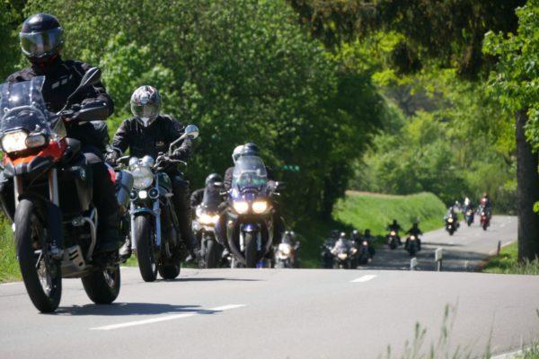 Motorradtour in einer Kolonne