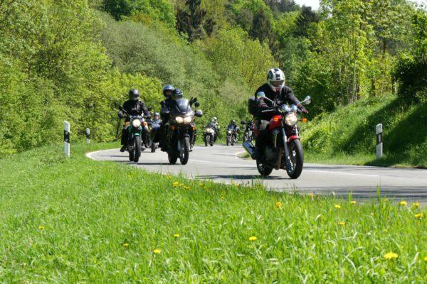 Motorradtour mit kurviger Strecke