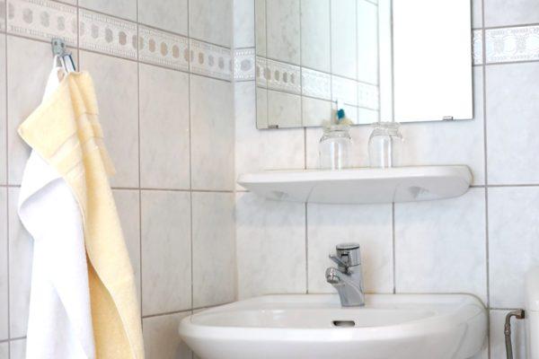 Motorrad Pension Gut Externbrock Waschbecken im Badezimmer